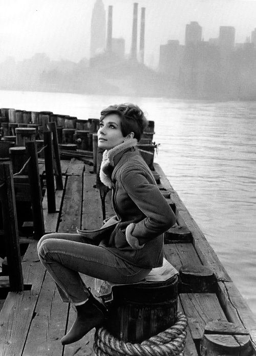 Audrey Hepburn, NY de fondo