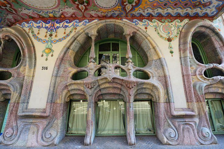 El dominio de formas curvas y la exuberancia de los elementos de inspiración orgánica de este edificio #modernista recuerdan una de las obras magnas de Antoni #Gaudí: la Casa #Batlló. #arquitectura #Barcelona #modernismo #CasaComalat #ArvilaMagna