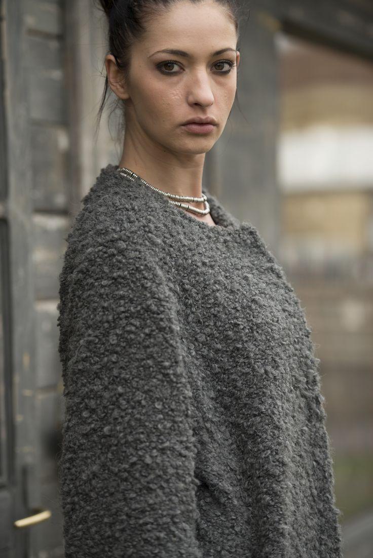 Per l'inverno #40weft propone sempre capi dal materiale caldo, originale e molto fashion. Come questo cappotto grigio, ricercato e morbidissimo. www.40weft.com #fashion #mystyle #ootd