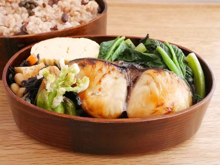小豆玄米御飯300g(実山椒佃煮)、鰆の幽庵焼、たらの芽天ぷら、ひじき豆、だし巻、わさび菜お浸し
