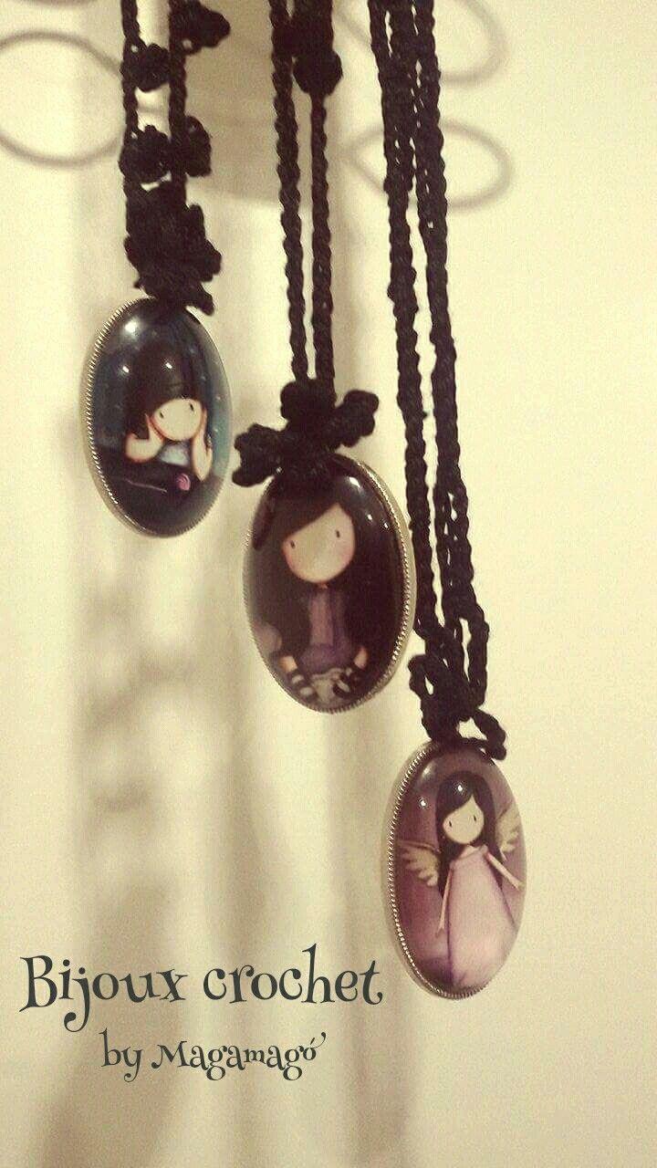 Lunghe collane a crochet lavorate a motivi floreali, con ciondoli cabochon in resina. 😊