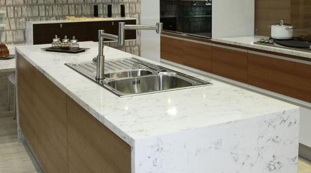 El cuarzo en blanco jaspeado impone su carácter en una cocina.