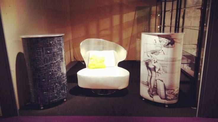 Bell'ambiente DANBER al salone Antibes Art Fair mobili dipinti a mano e decorati a mano. Sono praticamente tutti pezzi unici.  Poltrona Ala Girevole Argento e pelle bianca