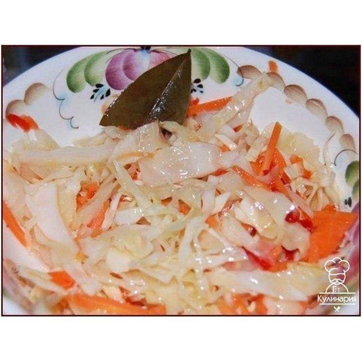 Бомбовая капуста  Делала вчера на ночь.  Утром тарелку умяли в пять секунд )) В 200 граммах 149 калорий, а вкусноооо ))) Ингредиенты:  2 кг - капусты  0,4 кг - моркови  4 дольки - чеснока  можно добавить яблоко, свёклу  Маринад:  150 мл - раст.масло  150 мл - 9 % уксуса 100 г - сахара  2 ст.л. - соли  3 шт. - лавр.листа  5-6 горошин - черного перца  0,5 л - воды  Приготовление:  1. Всё нашинковать, морковь натереть, чеснок порезать пластинками. Уложить плотно в банку.  2. В кастрюлю залить…