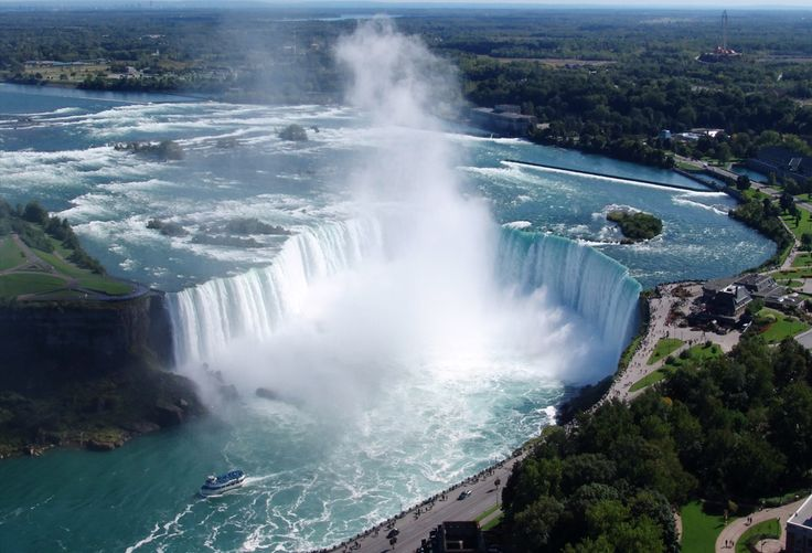 """Cataratas de Niágara, Nova York, USA. Famosa, as cataratas do Niágara ficam ao longo da fronteira dos Estados Unidos / Canadá. O espetáculo natural atrai centenas de turistas do mundo todo, e não é só um """"rostinho bonito"""", como também alimenta uma hidrelétrica, sendo uma importante fonte de energia."""