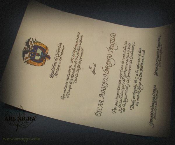 Diploma caligrafiado a mano elaborado en pergamino de cuero natural
