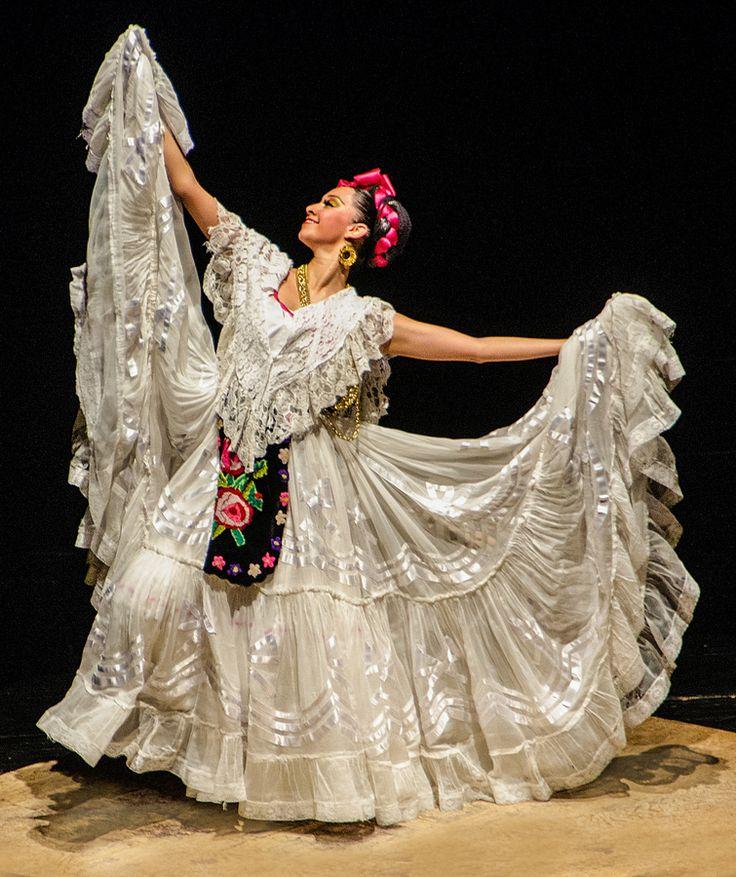 El traje típico de Veracruz se caracteriza en las mujeres por contar con una falda ancha y oleada de color blanco, blusa del mismo color sin mangas, un delantal o mandil que suele ser de color negro en terciopelo y con decorados con temas de flores, un chal de seda, muy llamativo, que suele ser amarillo o blanco,  y una mantilla de tul de algodón con bordados de gran belleza. Disfruta del folklor mexicano en #Veracruz #OjalaEstuvierasAqui #BestDay
