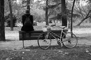 Muévete en bici por Madrid: sentada en un banco.