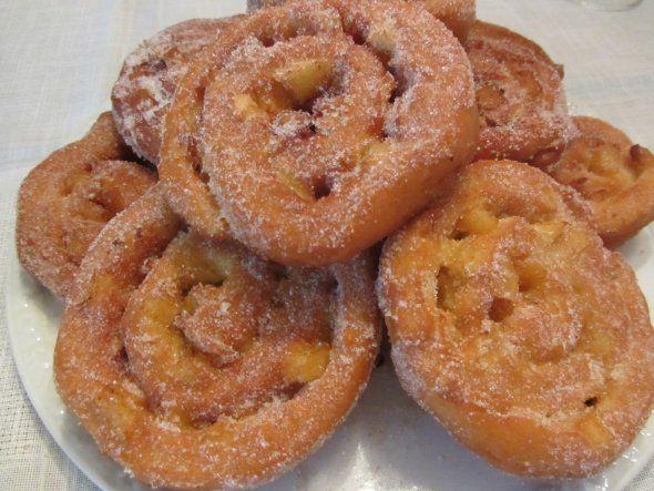 Apfelkrapfen kommen nicht nur am Faschingssonntag gut an ;-). Hefeteig ausgewalkt, mit Apfelstückchen bedeckt und aufgerollt. Dann in cm-dicke Scheiben schneiden, in Fett frittieren und in Zucker-Zimt-Mischung wälzen.