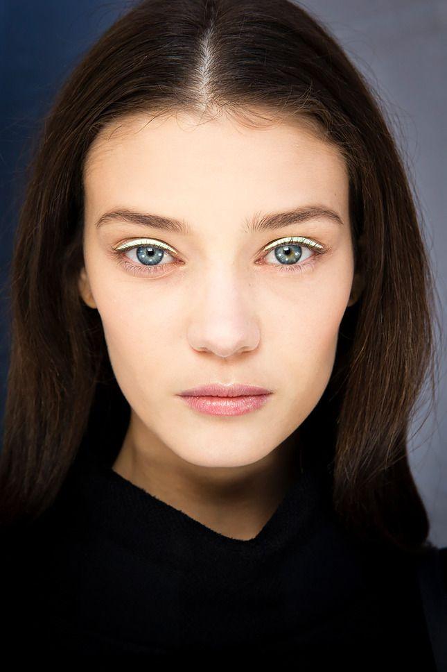 «Голый», естественный макияж — одна из главных beauty-тенденций этого лета. Вдохновляемся работами визажистов на ключевых показах и учимся подавать натуральность правильно