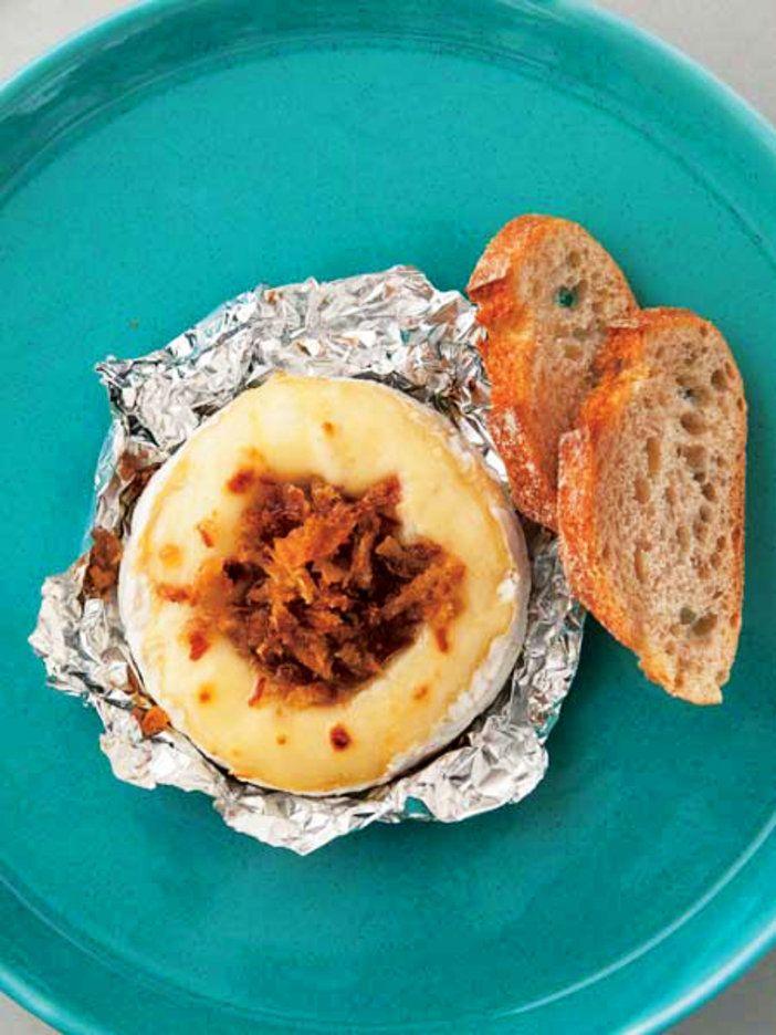 カマンベールを丸ごと焼いて、フォンデュ仕立てに。 『ELLE a table』はおしゃれで簡単なレシピが満載!