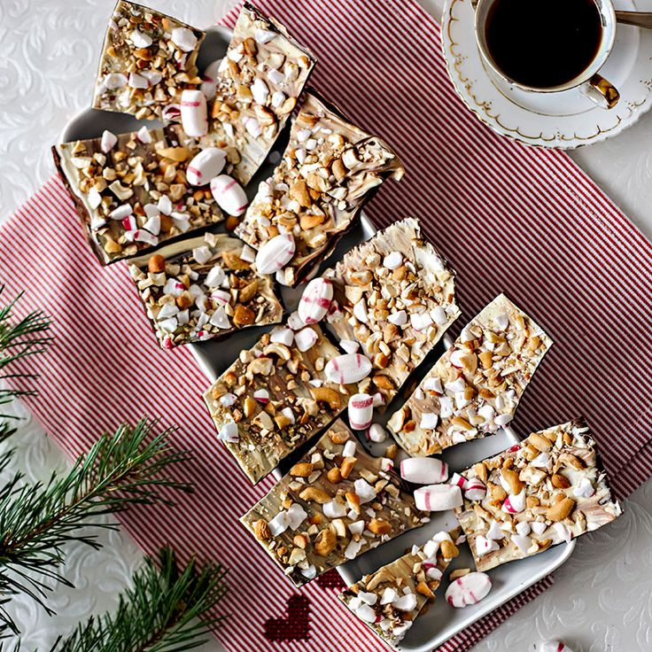 Chokladbräck med ett lager mörk och vit choklad toppat med krossad polkagris och hackade cashewnötter.