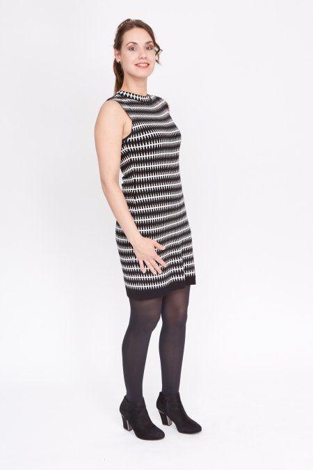 Deze zwarte jurk met grafische print is mouwloos en heeft een klein opstaand kraagje bij de hals. Het jurkje is reversible, watbetekent dat je het ook binnenstebuiten kunt dragen. Het jurkje is gemaakt van een soepele stretch-stof, waardoor de taille-maten erg klein uitvallen, maar hierzit dus nog rek in. Met een colbert erover of een shirt eronder is deze jurk ideaal voor elke gelegenheid.  Het model is 1.73 meter en draagt maat S.