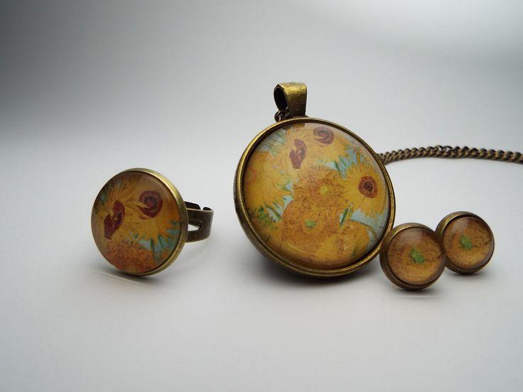 """Conjunto de colgante, anillo y pendientes, reproduciendo fragmentos de uno de """"Los Girasoles"""", acabado en oro viejo.  El precio de este conjunto es de 21€."""
