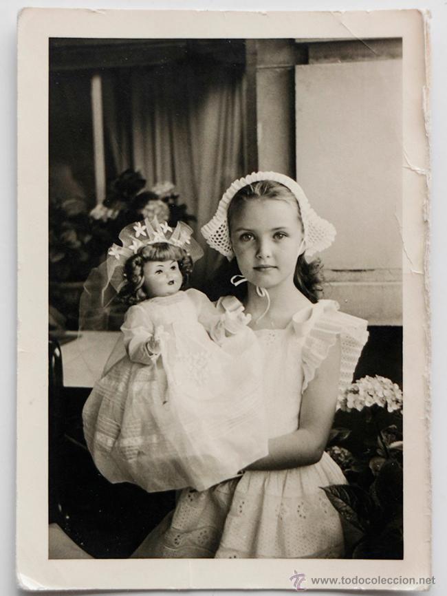 Bella niña posando con su muñeca. - El Desván de Bartleby C/.Niebla 37. Sevilla