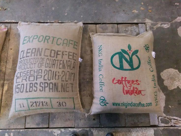 Modèles de sacs de sciure pour toilettes sèches conditionnée dans des sacs de café recyclé.