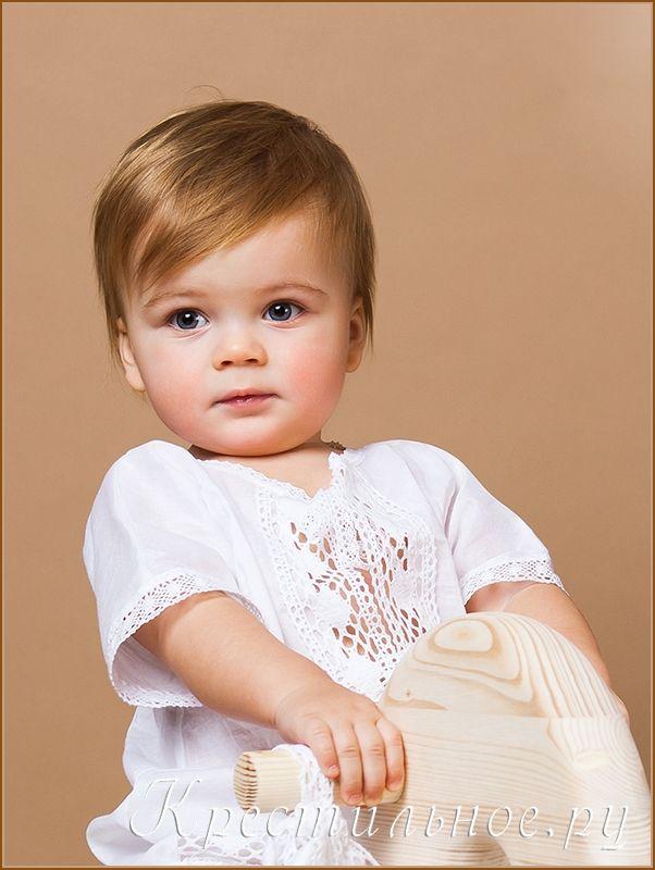 Классическая рубашка из натурального хлопка для Крещения мальчика, надевается через голову и немного раскрывается на грудке, что обеспечивает удобство помазания Миром.