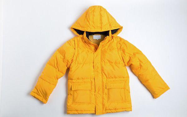 安価な製品も増えているダウンジャケットは、子どものアウターとしても大活躍ですが、問題は洗濯です。何度もクリーニングに出すのはもったいないけど、頻繁に着ると汚れが気になってくる…。そんなママに朗報! 実は、ダウンジャケットを家で洗濯できる場合もあるのです。
