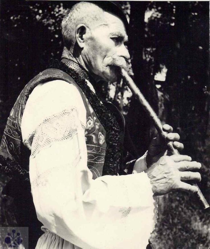 Pastier Ján Nosáľ z Hriňovej (okr. Detva). Foto Oskár Elschek, 1973.
