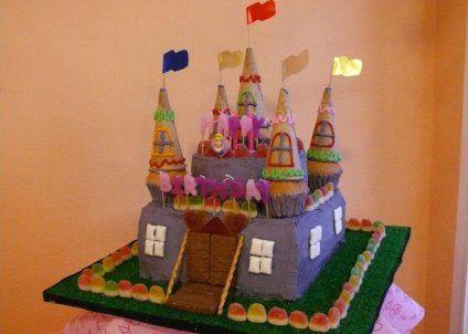 Delicioso pastel de cumpleaños en forma de castillo que a tus hijos les encantará.