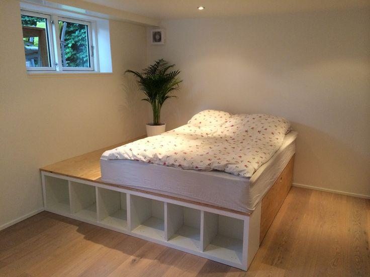 Hjemmebygget høj seng med opbevaringsskuffe, bogreol og sengebord