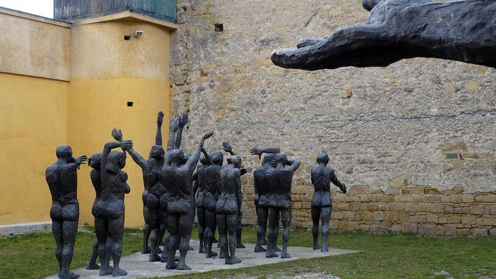 Muzeul Memorial Sighetu Marmatiei O călătorie virtuală prin Maramureş - galerie foto. Vezi mai multe poze pe www.ghiduri-turistice.info Sursa : http://ro.wikipedia.org/wiki/Fișier:Cortegiul_sacrificatilor.jpg