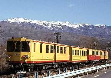 Le Train Jaune : un train touristique dans les Pyrénées catalanes : La ligne de chemin de fer de Cerdagne, plus connue sous le surnom de Train Jaune ou Canari, vous invite à un voyage spectaculaire dans les Pyrénées. Ce parcours permet en effet de gravir plus de 1100 mètres de dénivelé jusquà la gare de Bolquère-Eyne, la plus haute de France !