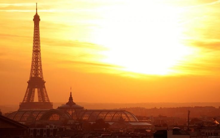 Free HD Wallpapers for your computer: Eiffel Tower and Paris under the sun