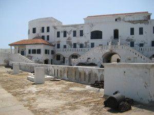 Castelo de São Jorge da Mina ou Elmina, Senegal. Construído pelos portugueses em 1482, no golfo da Guiné, serviu de entreposto de escravos embarcados para a América. Em 1637, foi tomado pelos holandeses até 1814, quando aboliram o comércio de escravos. Em 1872, o forte passou ao controle britânico que o entregou a Gana na independência do país em 1957. O Elmina foi declarado Patrimônio Mundial, pela Unesco, em 1979 e inteiramente restaurado pelo governo de Gana na década de 1990.