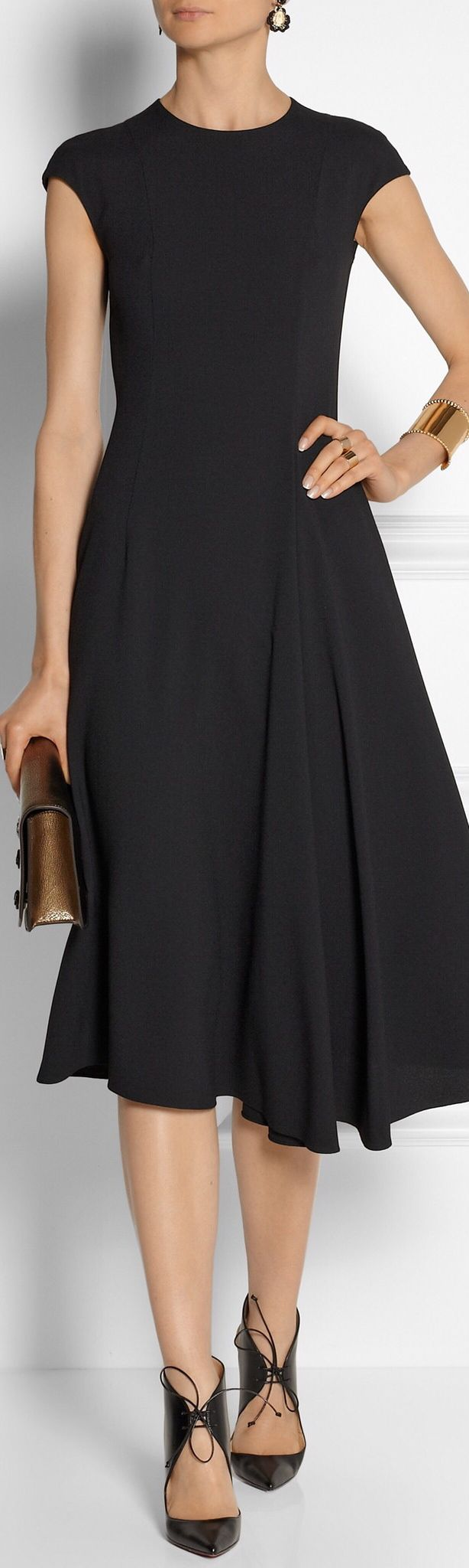 The Row. Vestido negro de largo Chanel, un todo terreno.
