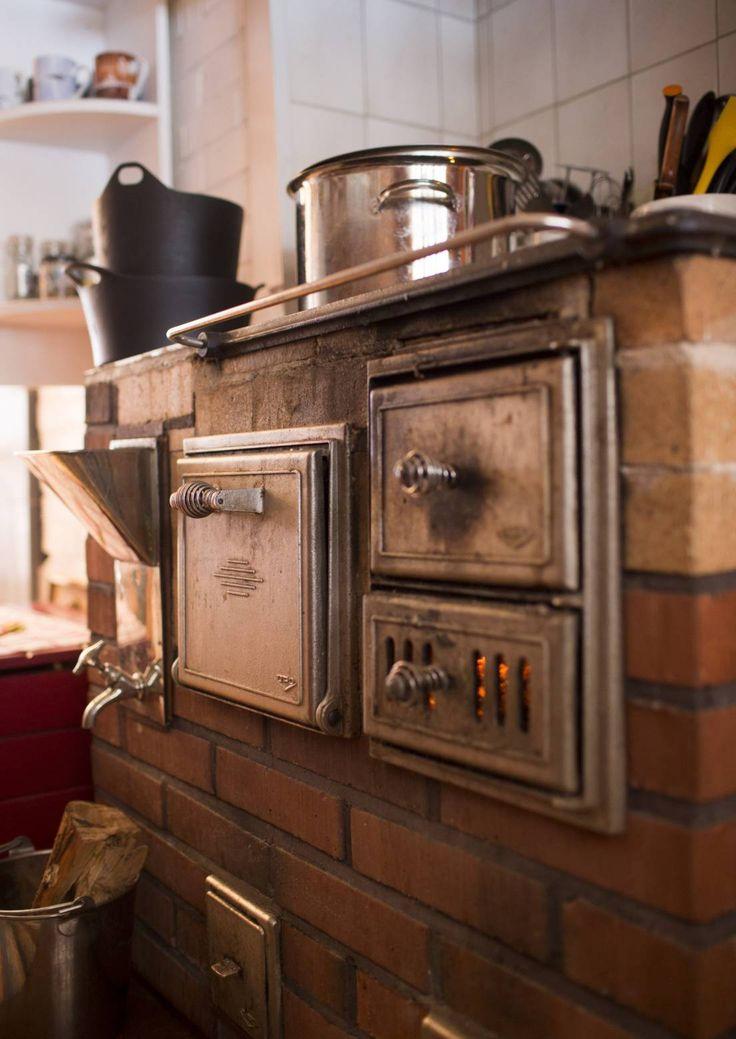 Puuhella lämmittää, kypsyttää ruuat ja luo kotoisaa tunnelmaa. Se voi olla valurautaa, emaloitu, muurattu tai rapattu. Katso Meidän Mökin valinnat!
