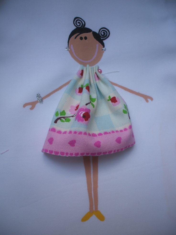 Muñeca pintada a mano y vestido hecho con retal para decorar uniforme de trabajo.