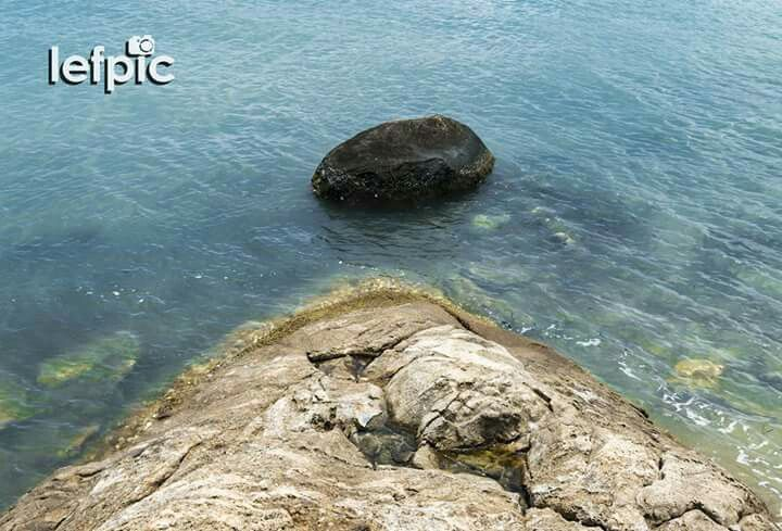 100 • Formação Rochosa - Após um longo processo que leva milhões e milhões de anos para ser concluído, as formações rochosas são basicamente constituídas por areia e lama e geralmente evoluem à beira de rios, lagos e oceanos. Além de fazer parte de belas paisagens, sua estrutura também serve de morada para pequenos animais marinhos. 📷 by Leandro Floriano  Download da imagem na #Shutterstock: https://www.shutterstock.com/pic-564791092  #rock #beach #lagoon #Brasil #animal #coast #sea #sun…