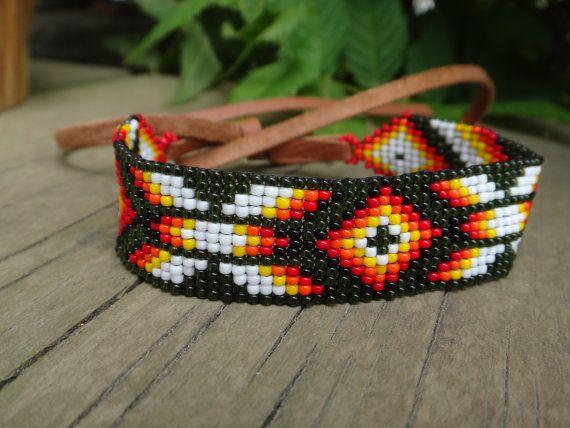 Bracelet perlé Amérindien Brassard Collier Choker. Indien d'Amérique. Cuir de cerf, Rocaille. Loom bracelet collier motifs traditionnels