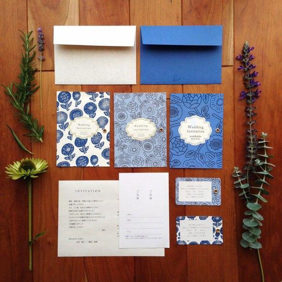 オーダーメイドの結婚式 招待状セットです。『サムシングブルー』にちなんで 幸せの青い招待状をお作りしました。 華やかな結婚式に合わせて たくさんのお花たちを散りばめて。 招待状には高級感が出る様、真鍮のハトメで固定しています。大切な結婚式 ペーパーアイテムだってお気に入りをお使い頂ける様、 招待状の表紙・中紙・封筒を ご自身でカスタマイズ出来るタイプです。招待状にお名前・日付をお入れできるのも ポイントです!※こちらの商品は、セミオーダー品ですので 商品使用日の1ヶ月前頃にはご注文いただきます様お願い致します≪商品購入後の流れ≫  お客様に別途メールにて STEP 1 ~ 4 の  ご希望をお伺いし、  作成したデータをご確認頂いた後、印刷となります。≪セット内容≫  ・封筒 (洋2カマス) × 10枚  ・招待状 表紙(A5より少し大きめの厚紙) × 10枚  ・招待状 中紙(A5上質110kg 印刷込)  × 10枚  ・返信ハガキ(片面印刷のみ)× 10枚   ※同柄の付箋は1枚\50-でご購入頂けます。※3セット(30人分...