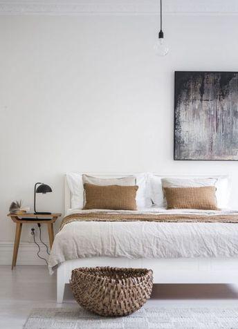 Interior inspiration | Bedroom. Schlafzimmer einrichten skandinavisch modern minimalistisch schlicht monochrom hell Bett weiß Korb Hocker Nachttisch Holz abstrakte Kunst schwarz Leuchte Wohntextilien Interieur Wohnideen Wohninspiration Interior Design