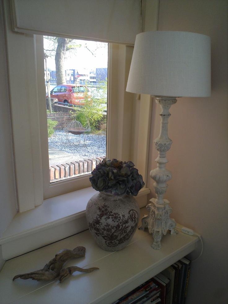 Zijraam naast de voordeur, we hebben een brede vensterbank gemaakt waar je eventueel ook op kunt zitten...