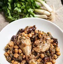 Ένα παραδοσιακό φαγητό από τη Βόρεια Ελλάδα, όπου το λευκόσαρκο κρέας του κοτόπουλου συνδυάζεται εξαιρετικά με τα ρεβύθια και τα γλυκόξινα δαμάσκηνα