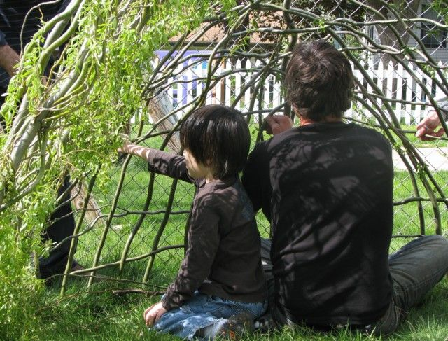 Building a willow house in 3 hours. Looooooove this!!!!! Definately on the summer fun-things-to-build-with-the-kids list.
