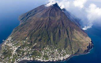 Blick auf den Vulkan und die Insel Stromboli