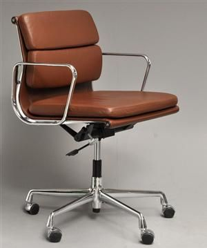 Charles Eames 1907-1978. Soft Pad kontorstol, Model EA-217, fremstillet hos Vitra. Formgivet 1969. Betræk af brunt læder, femfasfod og armlæn i forkromet aluminium, højdejustérbar med vippefunktion. Fremstår med minimale brugsspor.