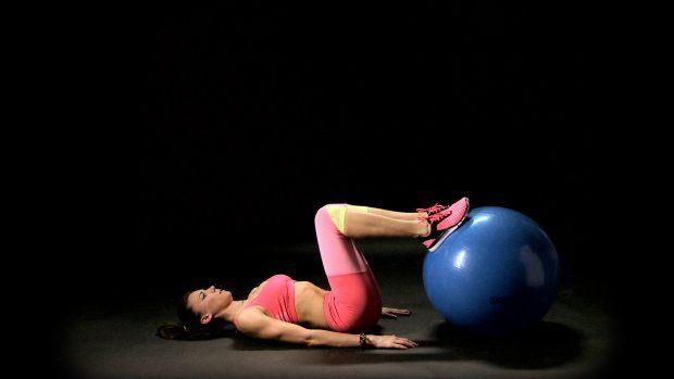 Myślisz, że żeby osiągnąć pożądane efekty, musisz spędzać wszystkie wolne chwile w siłowni? Nic bardziej mylnego! Poświęc 4 minuty na krótki, ale bardzo intensywny trening z naszym trenerem - Adą Palką i ciesz się jędrną pupą oraz płaskim brzuchem!  Sposób Ady Palki na piękne ciało:  Tabata na sexy nogi   Krótki trening na całe ciało   3 ćwiczenia na nogi i pośladki   5 mitów na temat płaskiego brzucha