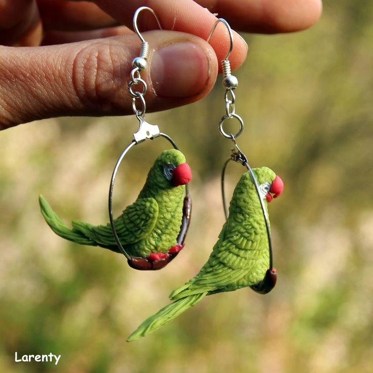 Papoušek zelený- náušnice Pro milovníky ptáku, papouščí naušnice, které se na uších neustále protáčí, což dodá na zajímavosti. Jsou nepřehlédnutelné a určitě extravagantní. ! Nevhodná velikst pro děti, pro ně jsou vhodné papouščí miminka!  Velikost kola:3 cm Velikost papouška (délka): 2,5 cm Velikost papuška (výška): 2,5