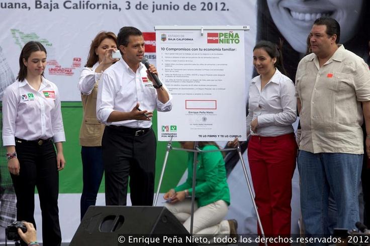"""3/junio/2012 Día 66 - Al reunirse con ciudadanas de Baja California, el candidato de la alianza Compromiso por México dijo que de ser presidente se comprometía a reducir los precios de la luz a través de la Reforma Energética y Hacendaria y dijo que va a """"detener el alza de los precios en la canasta básica""""."""