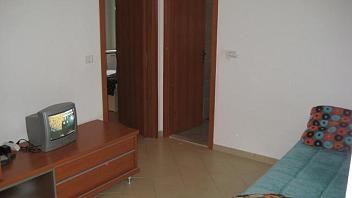 V mestnem jedru, od Titovega trga oddaljen le 2 minuti se nahaja dvosobni apartma, ki je lepo opremljen.  O apartmaju lahko najdete tudi več podatkov na spletni povezavi www.viaSlovenia.com