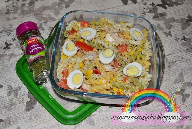 Arco-íris na Cozinha: Salada de Fusilli Colorida com Frango
