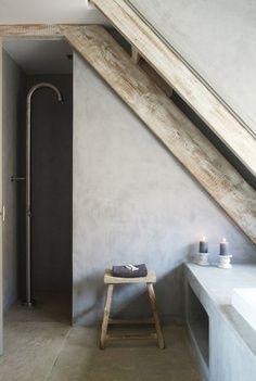 Badkamer met schuine wand