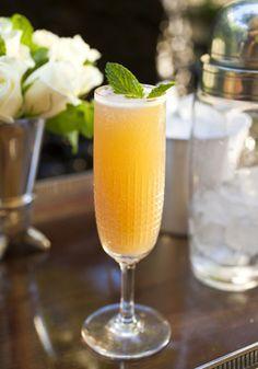 Cocktail Mimosa  Le Mimosa est un cocktail très proche de la recette du Buck's Fizz mais les proportions entre champagne et jus d'orange y sont inversées. Les 2 cocktails sont d'ailleurs souvent confondus. Le Mimosa a été crée au Ritz à Paris en 1925