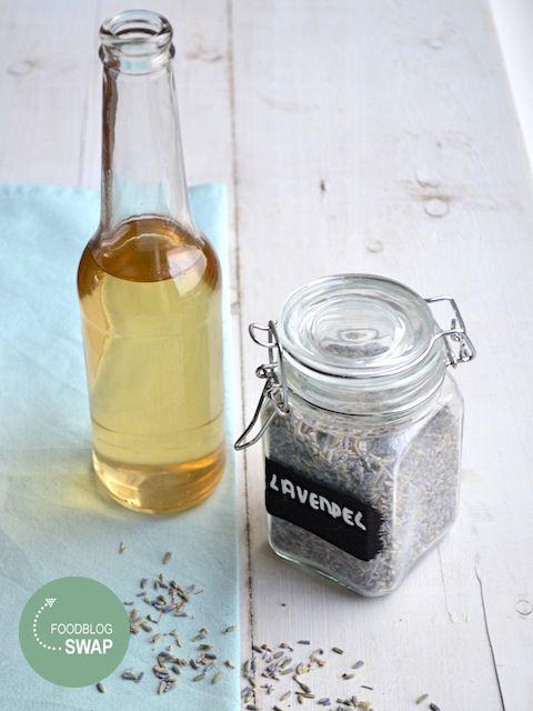Voor de foodblogswap maakte ik een heerlijke lavendelsiroop, lekker in de thee, over ijs, in meringues.
