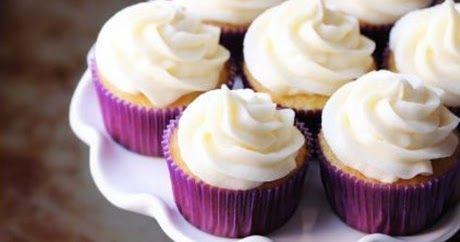 Αφράτα cupcakes βανίλιας με επικάλυψη κρέμας
